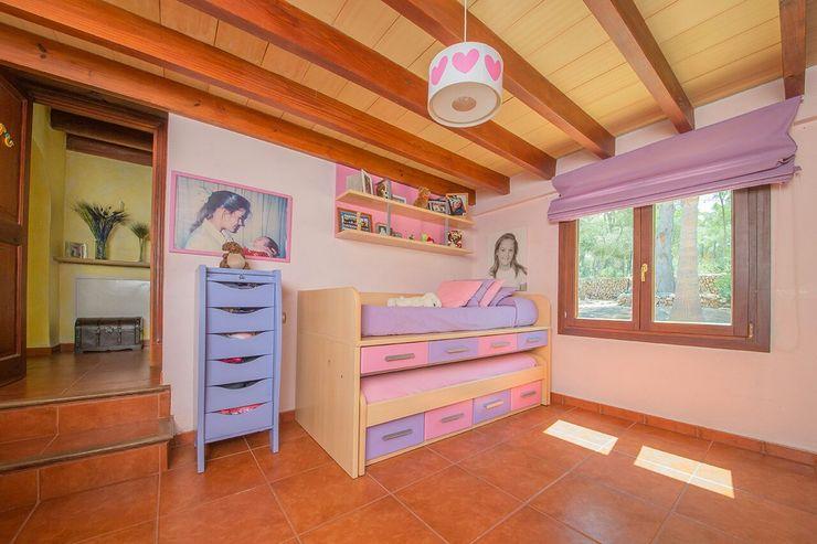Villa S'Aranjassa Lola Dormitorios infantiles de estilo moderno Madera Morado/Violeta