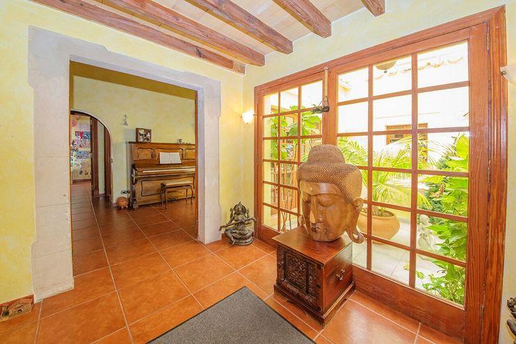 Villa S'Aranjassa Lola Salones de estilo colonial Madera maciza Marrón