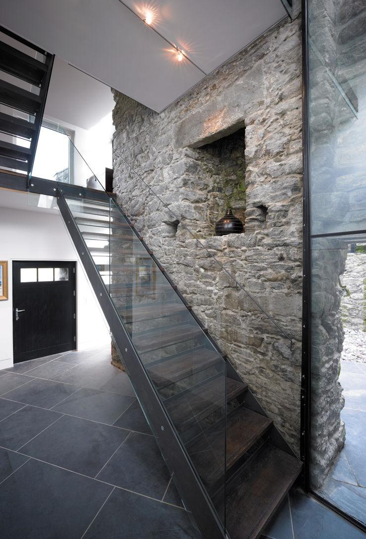Triple Height Hallway WT Architecture Ingresso, Corridoio & Scale in stile moderno