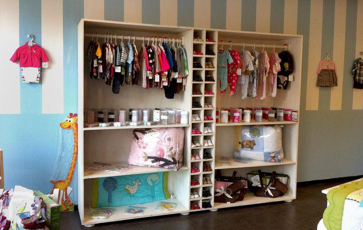 Exhibidor zapatos, ropa y accesorios. homify Oficinas y tiendas Madera maciza Blanco