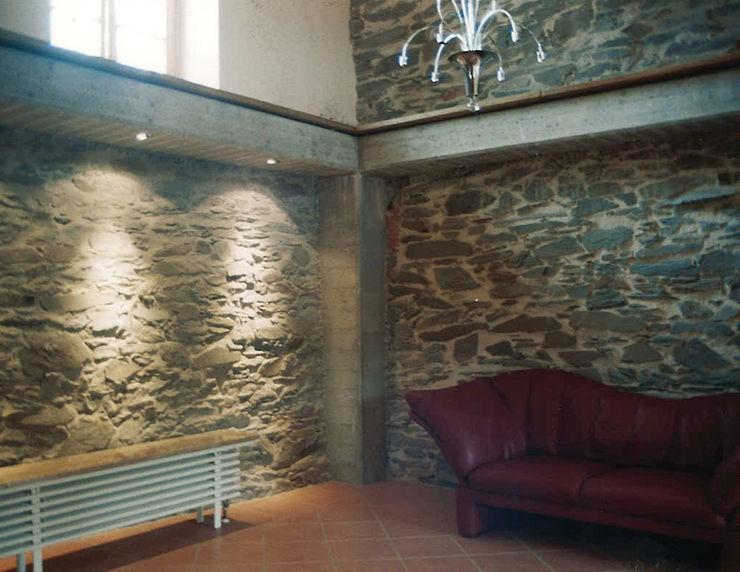 Bruchstein in Kombination mit Sichtbeton Architekturbüro Martin Raffelt Wände & Böden im Landhausstil