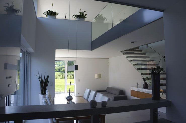 Innenansicht Galerie Einfamilenhaus S. up2 Architekten Moderner Flur, Diele & Treppenhaus
