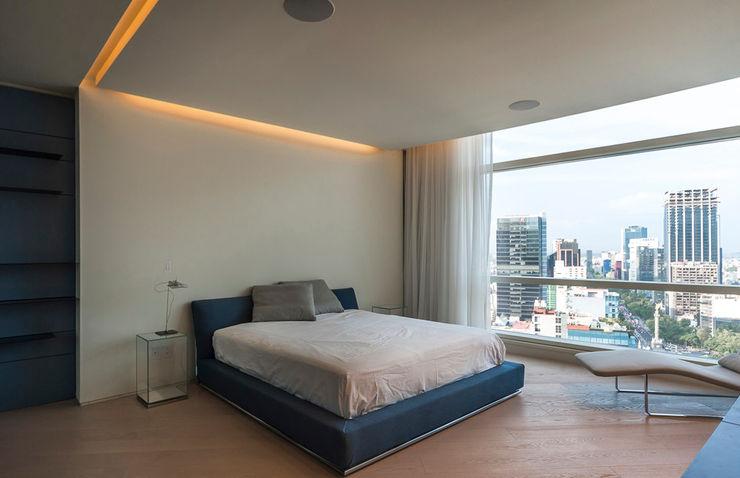ST. REGIS 2301 TENTER Arquitectura y Diseño Dormitorios modernos Madera Blanco