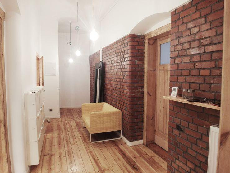 NaNovo Eclectic style corridor, hallway & stairs اینٹوں Multicolored