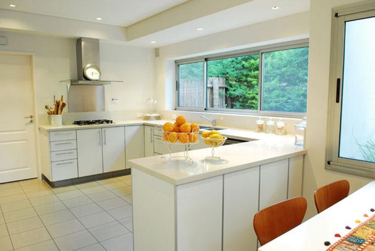JUNOR ARQUITECTOS Modern kitchen