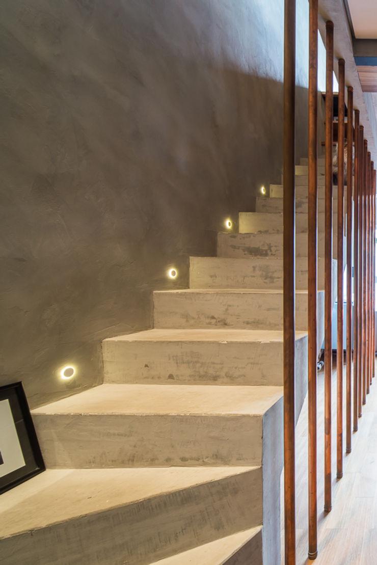 Casa100 Arquitetura Koridor & Tangga Modern