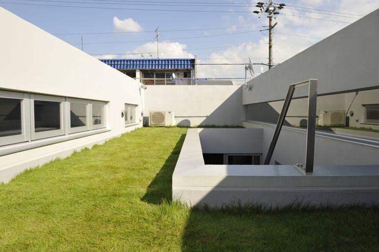 久安典之建築研究所 Minimalist balcony, veranda & terrace Glass White
