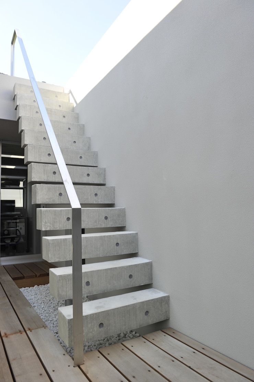 久安典之建築研究所 Minimalist balcony, veranda & terrace Iron/Steel White