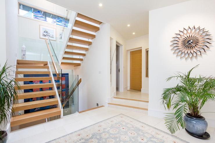 Architectural Hallway & Staircase homify Minimalist corridor, hallway & stairs White