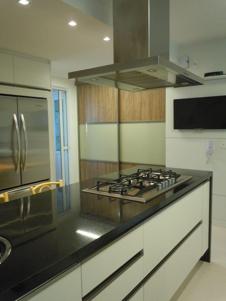 Flávia Brandão - arquitetura, interiores e obras KitchenCabinets & shelves MDF Wood effect