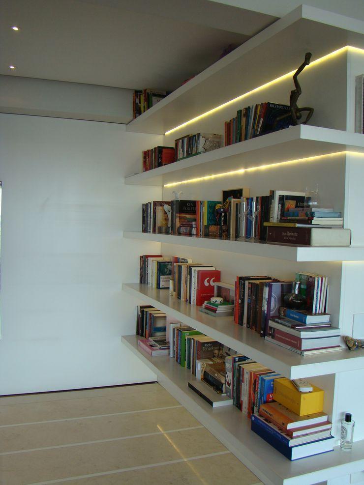 Luli Hamburger Arquitetura Modern corridor, hallway & stairs