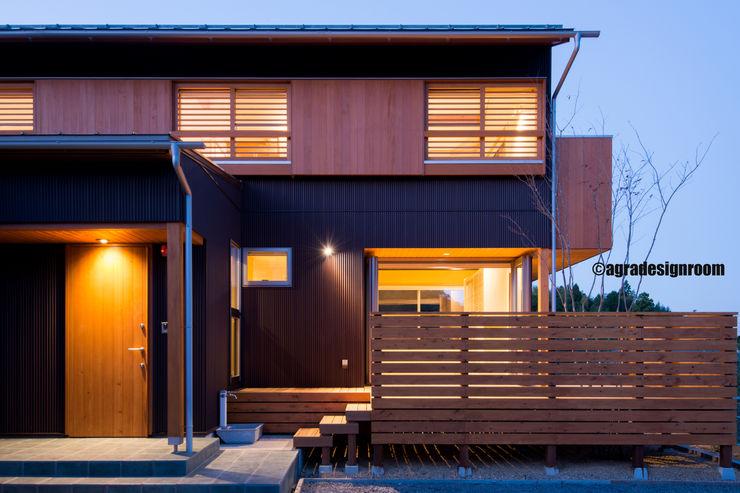ガルバリウムとピーラー(目の詰んだ米松)に囲まれた和モダンな外観。 アグラ設計室一級建築士事務所 agra design room モダンな 家
