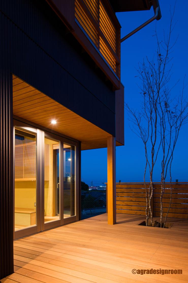 『外ごはん』ができる、とっておきのデッキ アグラ設計室一級建築士事務所 agra design room モダンな 家