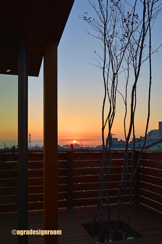 海の方から、毎日の日の出 アグラ設計室一級建築士事務所 agra design room モダンな庭