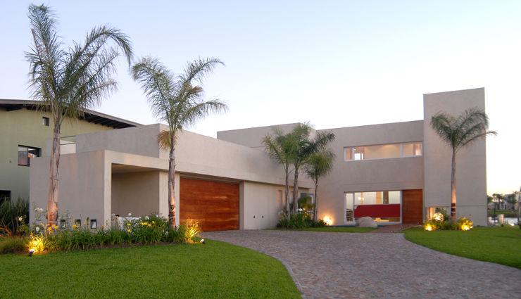 Entrada de autos Ramirez Arquitectura Casas de estilo minimalista Madera maciza Beige