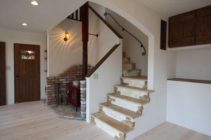 株式会社アートカフェ Vestíbulos, pasillos y escalerasEscaleras Beige