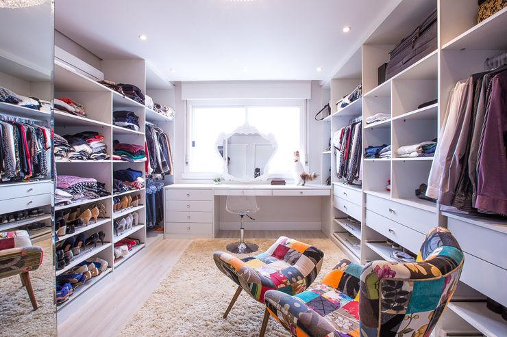 Camila Chalon Arquitetura Classic style dressing rooms White