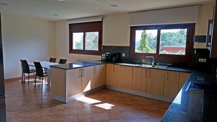 Vista general de la cocina. Construccions Cristinenques, S.L. Cocinas de estilo clásico Blanco