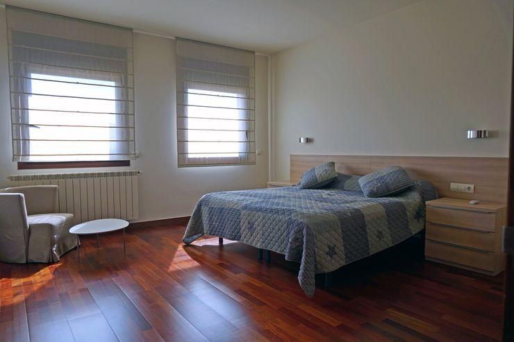Suite plana superior. Suelo en parqué. Construccions Cristinenques, S.L. Dormitorios de estilo clásico