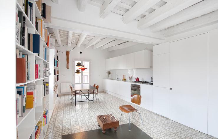 manrique planas arquitectes Modern Kitchen