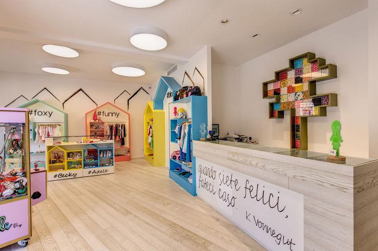 ADELE VIRGI MOB ARCHITECTS Negozi & Locali commerciali moderni