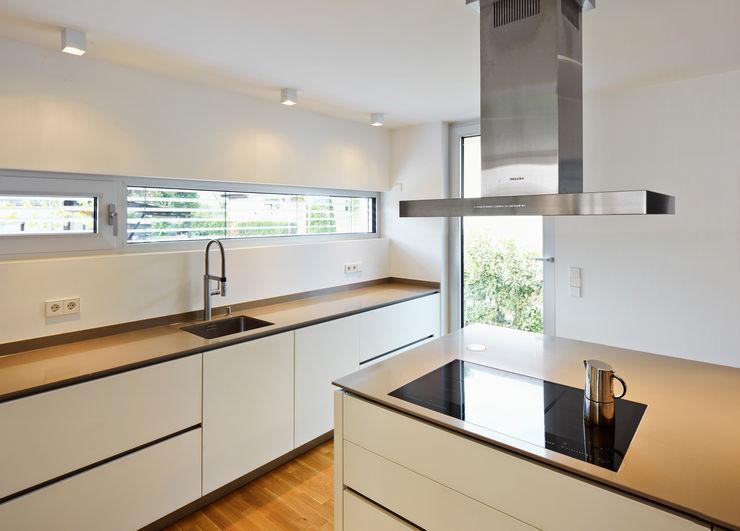 Küche mit Küchenblock Marcus Hofbauer Architekt Moderne Küchen
