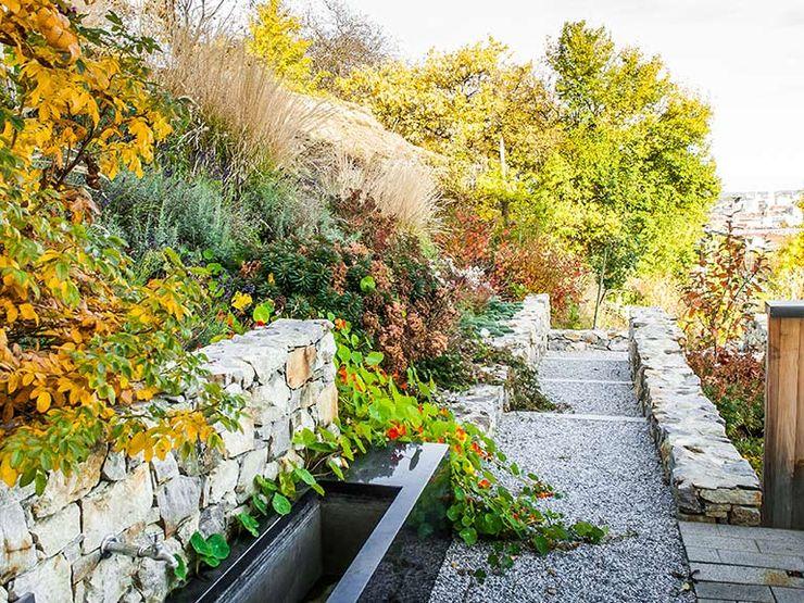 Hanggarten mit Aussicht Kräftner Landschaftsarchitektur Moderner Garten