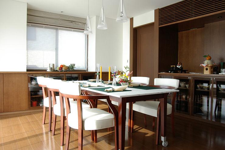 一級建築士事務所エイチ・アーキテクツ Modern Dining Room Wood Brown