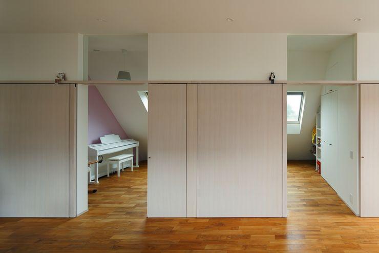 向山建築設計事務所 Modern nursery/kids room