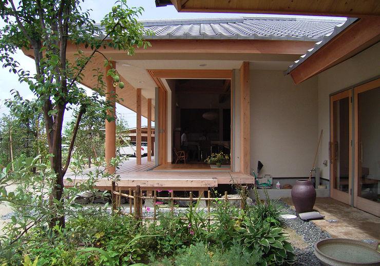 計画工房 辿 Eclectic style gardens Solid Wood
