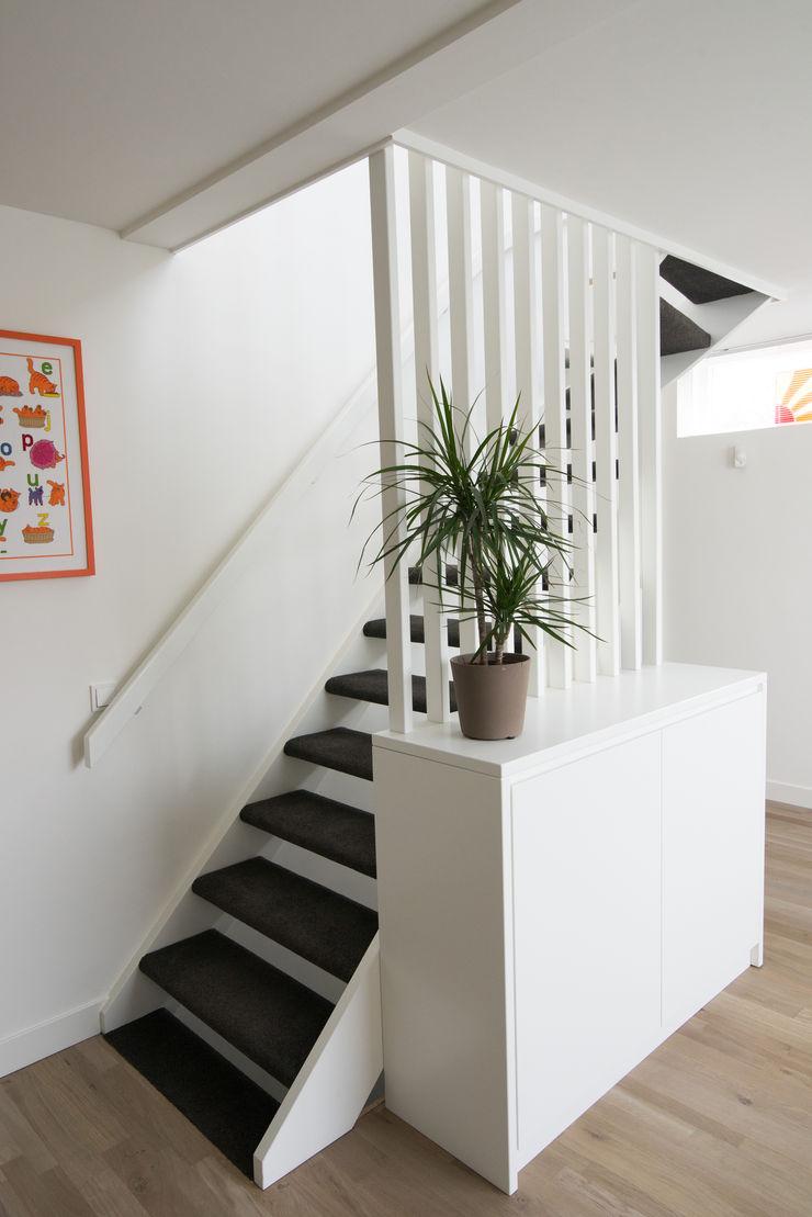 Egbert Duijn architect+ Modern corridor, hallway & stairs