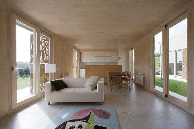 b-House Sala da pranzo moderna Legno massello Effetto legno