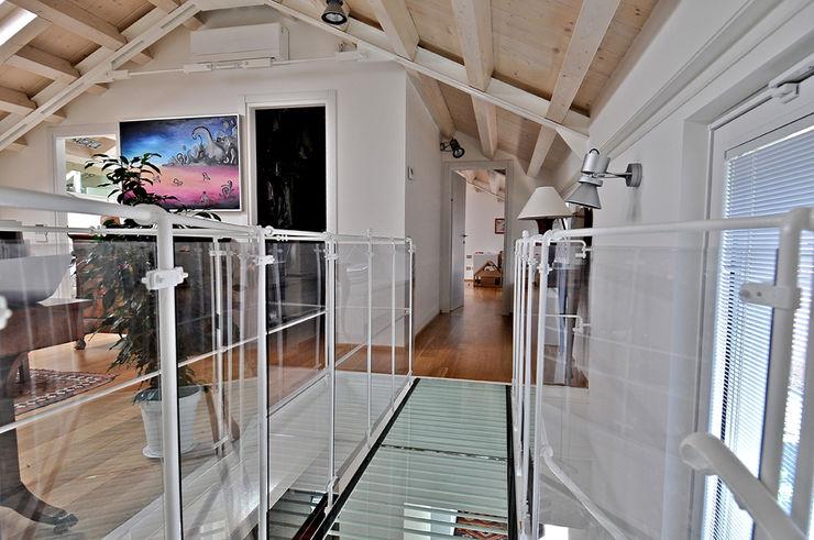 VITTORIO GARATTI ARCHITETTO Modern corridor, hallway & stairs