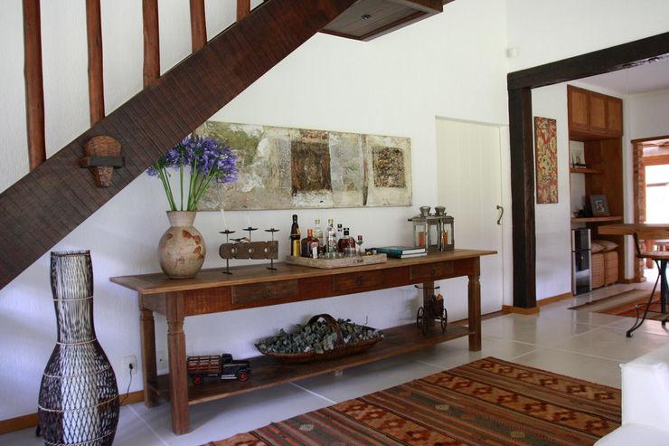 FLAVIO BERREDO ARQUITETURA E CONSTRUÇÃO Colonial style corridor, hallway& stairs