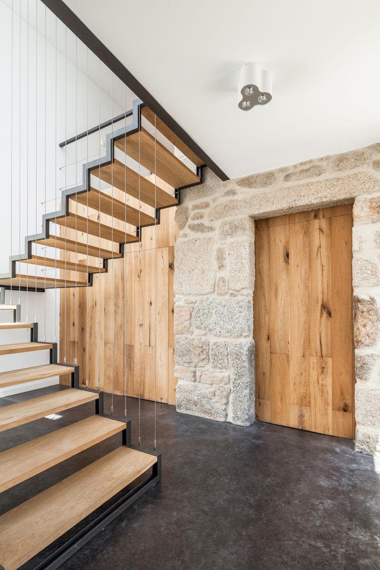 FPA - filipe pina arquitectura Minimalist corridor, hallway & stairs