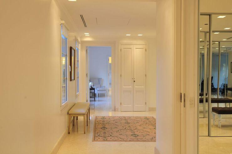 JUNOR ARQUITECTOS Pasillos, vestíbulos y escaleras de estilo moderno