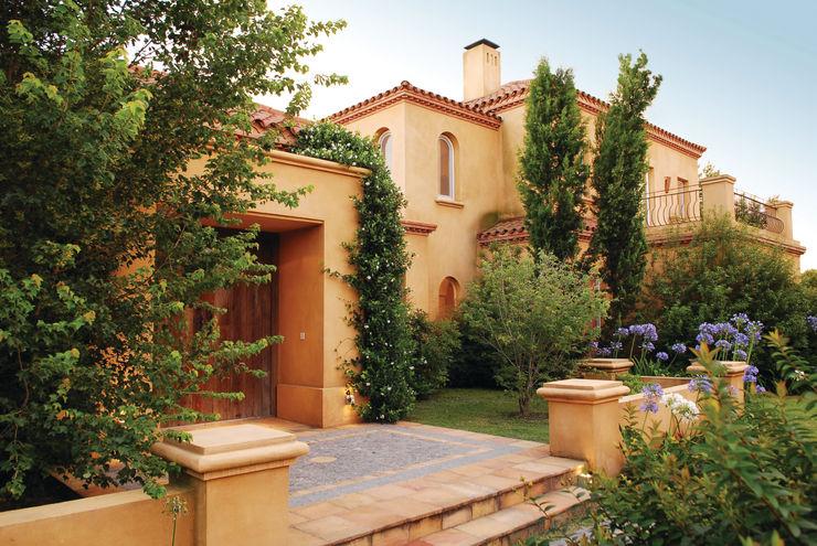 JUNOR ARQUITECTOS Rumah Klasik