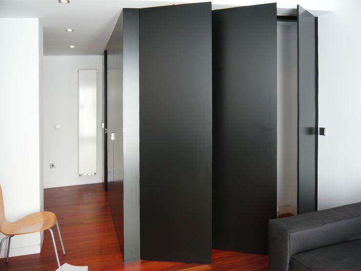 Modulo Armario/Baño_Abierto mr2arquitectos Puertas y ventanas de estilo moderno Negro