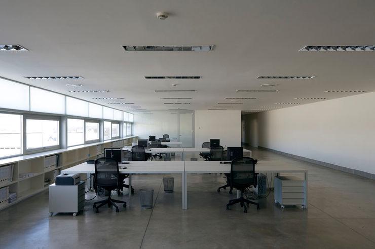 Tuc Tuc Company Headquarters. Office Ignacio Quemada Arquitectos Ruang Studi/Kantor Minimalis White