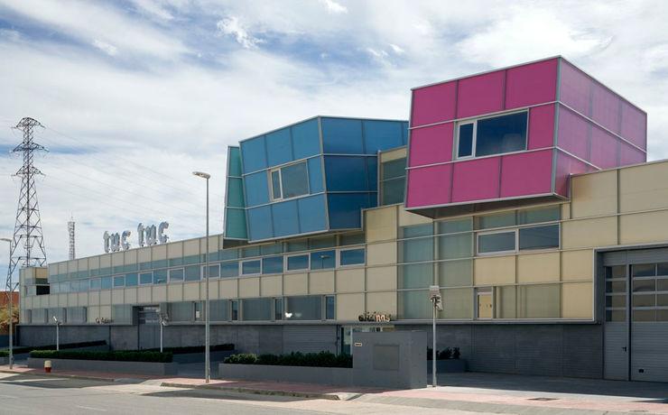 Tuc Tuc Company Headquarters. Façade Ignacio Quemada Arquitectos Rumah Minimalis Kaca Multicolored