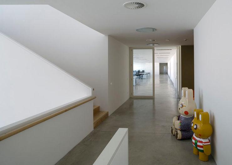 Tuc Tuc Company Headquarters. Corridor Ignacio Quemada Arquitectos Koridor & Tangga Minimalis White