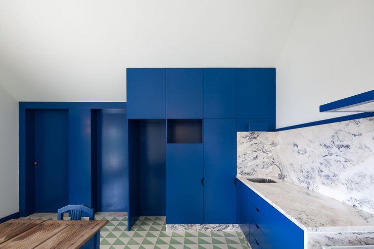 Caseiros House SAMF Arquitectos Country style kitchen Blue