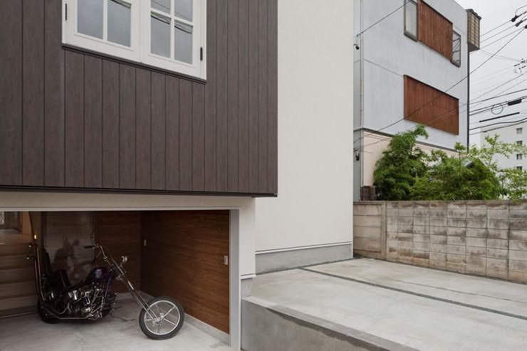 ハーレーのある住宅 TTAA/ 高木達之建築設計事務所 モダンデザインの ガレージ・物置