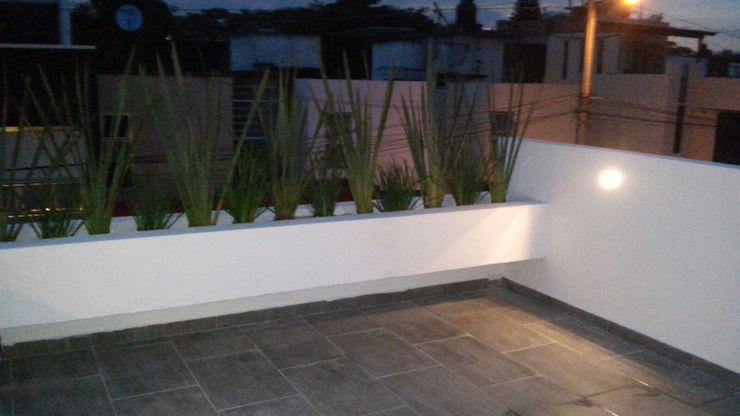 Jardineras casa zamora Bamboo design & garden Balcones y terrazasFlores y plantas Blanco