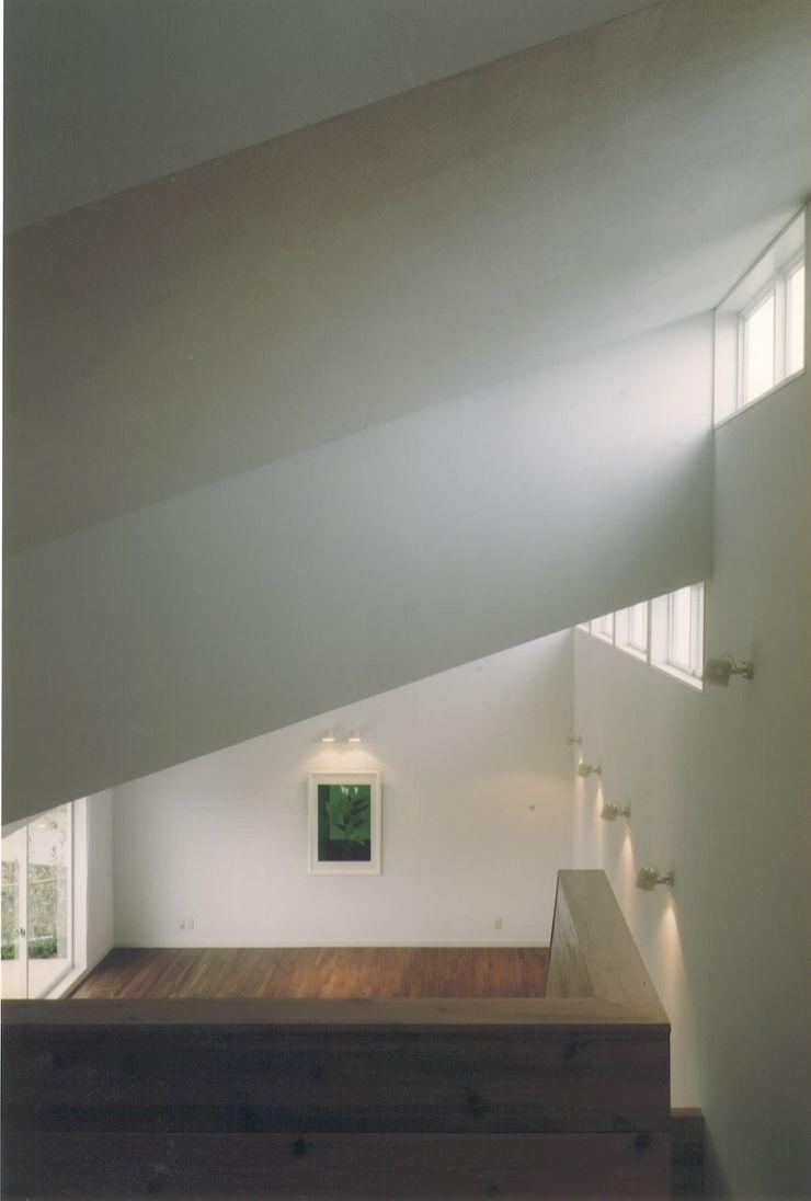 株式会社 高井義和建築設計事務所 Soggiorno moderno Legno Bianco