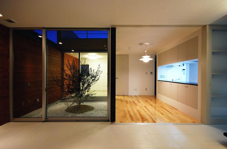 リビングから中庭を見る 株式会社ブレッツァ・アーキテクツ モダンデザインの リビング