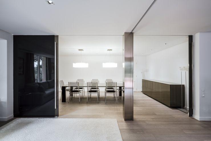 Grandes puertas correderas de vidrio Hernández Arquitectos Comedores minimalistas Vidrio Gris