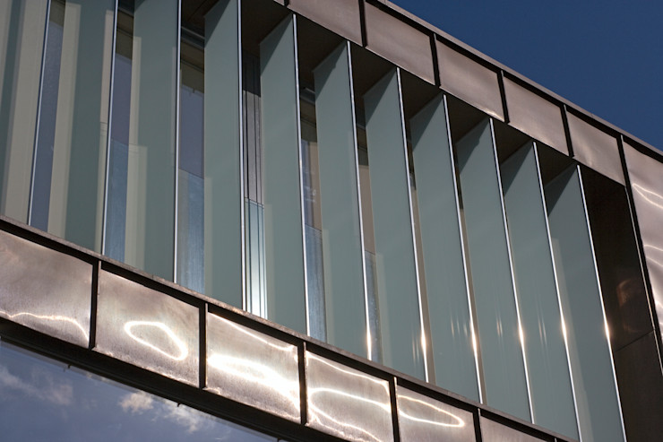 Glass privacy fins prevent overlooking from the neighbours The Chase Architecture Moderne Häuser Glas Braun
