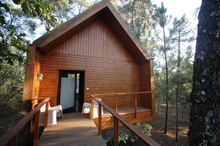 3 anos depois... Casa em Cabeça Santa NORMA | Nova Arquitectura em Madeira (New Architecture in Wood) Casas rústicas Madeira maciça Efeito de madeira