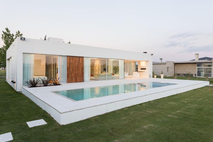 VISMARACORSI ARQUITECTOS Giardino con piscina